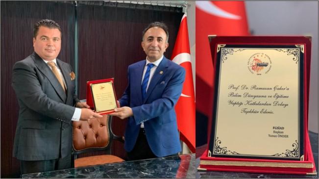 Prof.Dr.Ramazan Çakır'a Şilt verildi